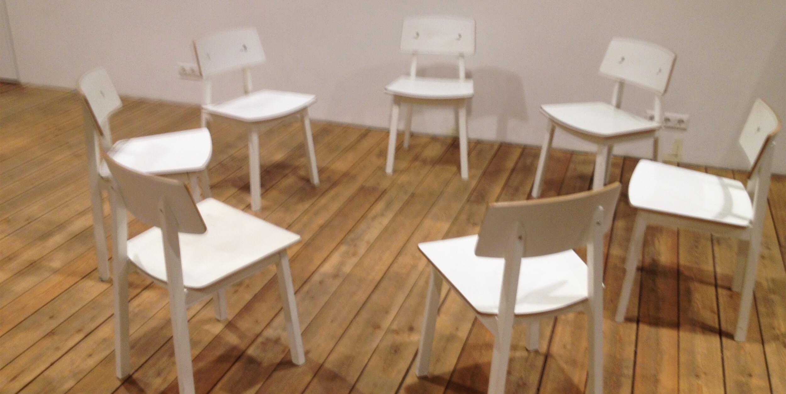 Vita stolar som står i en ring