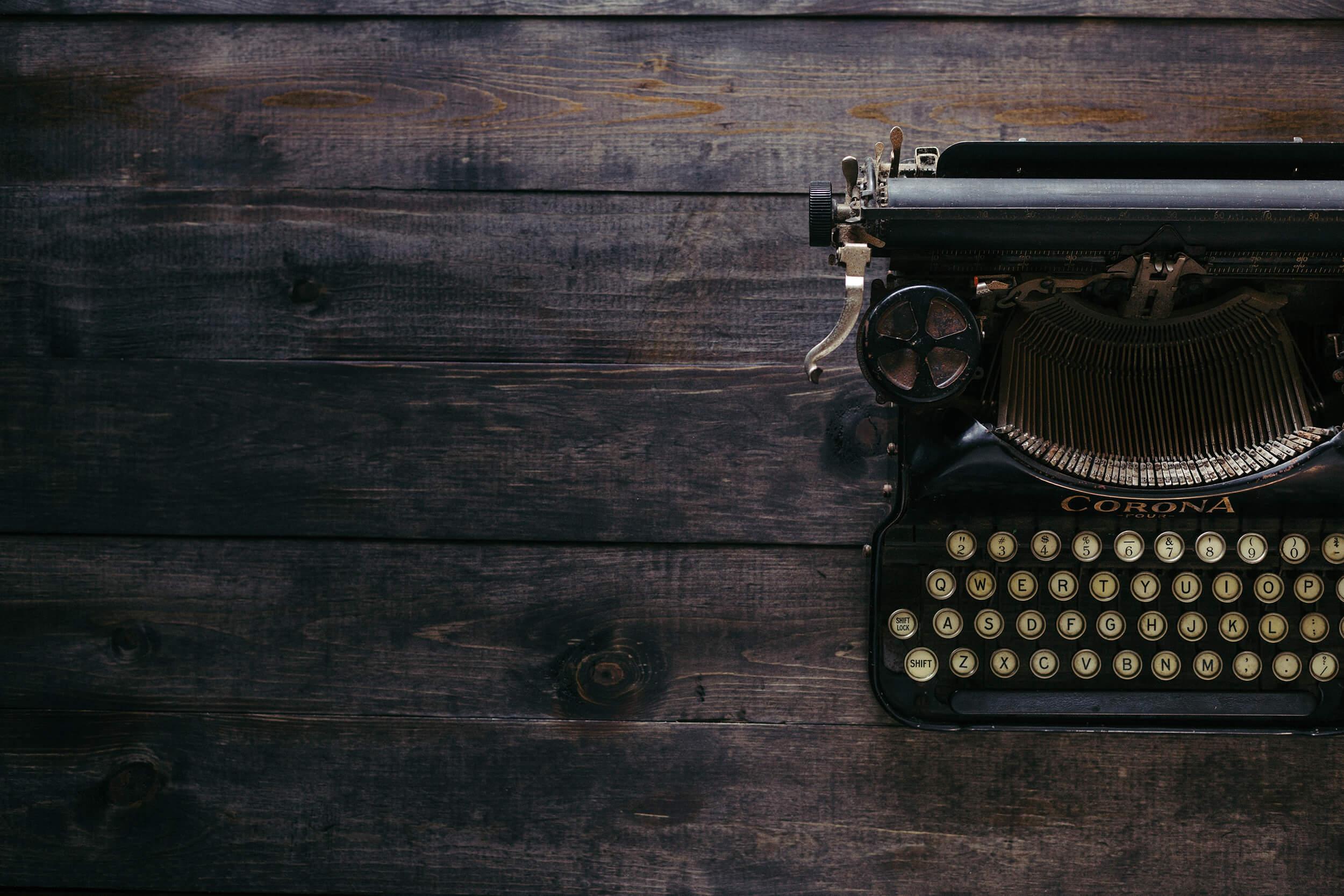 Gammal skrivmaskin på ett träbord